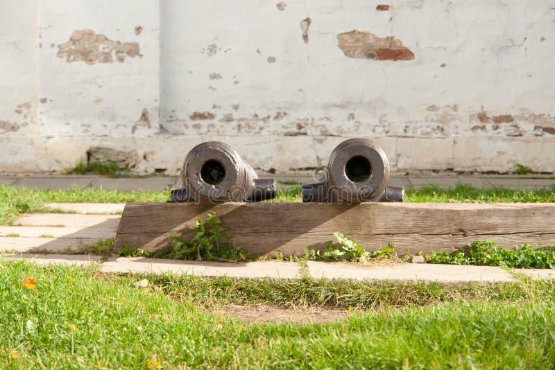 在塔的两门大炮 葡萄酒武器-从往日的大炮 库存图片