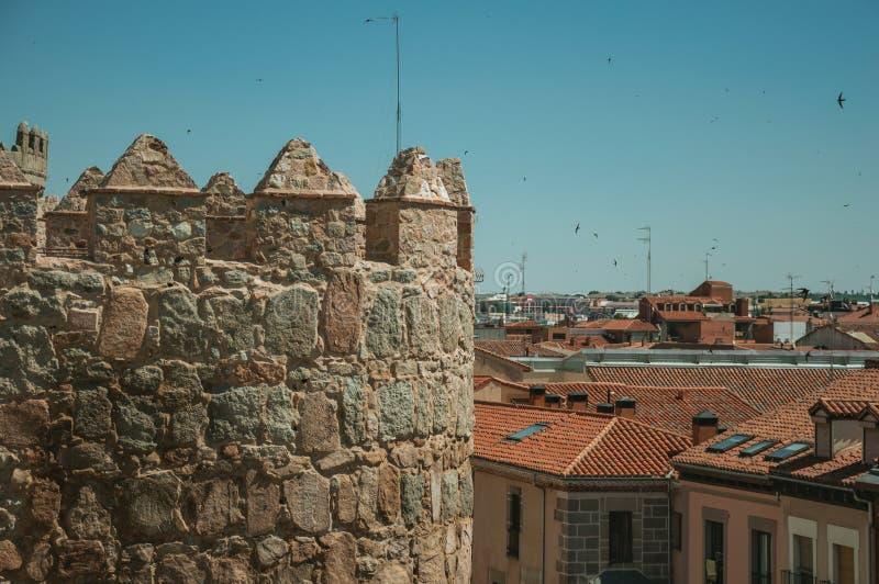 在塔的在大厦的城垛和屋顶在阿维拉 库存照片