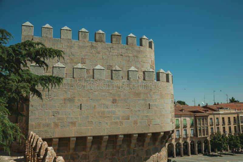在塔的在大厦的城垛和屋顶在阿维拉 免版税库存照片