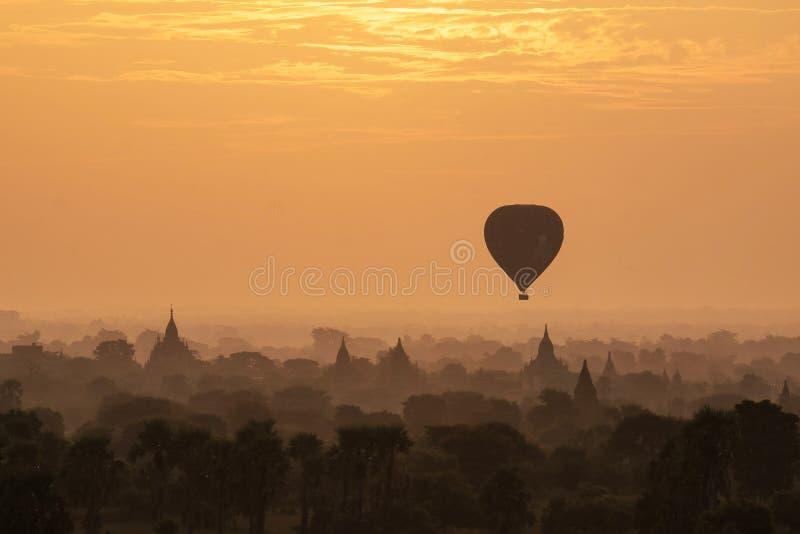 在塔的热空气轻快优雅在Bagan的日出的 库存照片