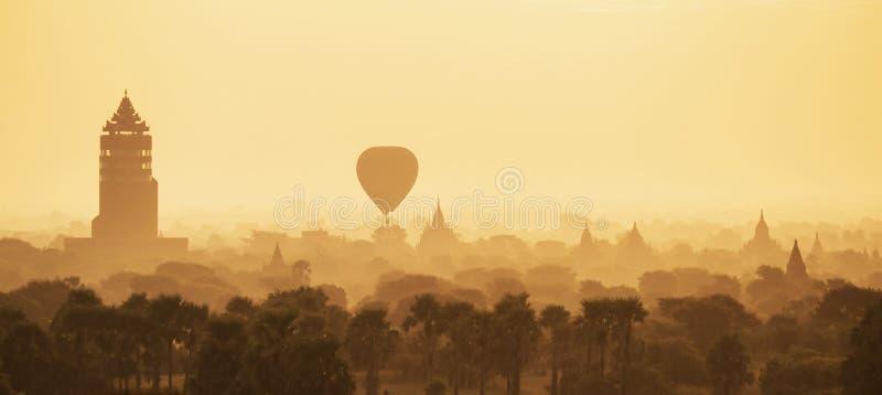 在塔的热空气轻快优雅在Bagan的日出的 免版税库存图片