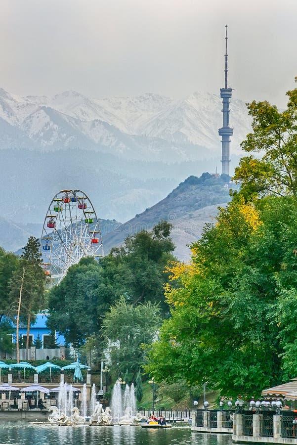 在塔的看法在阿尔玛蒂,高尔基公园,哈萨克斯坦 库存图片