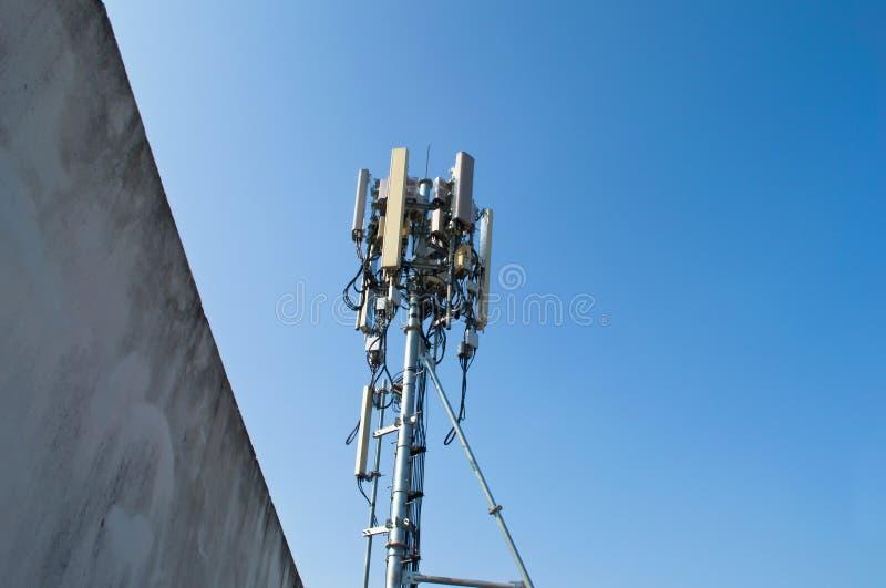 Download 在塔的高帆柱金属结构电信与蓝天 库存照片. 图片 包括有 蜂窝电话, 收音机, 信息, 本质, 信号, 网络 - 72363152