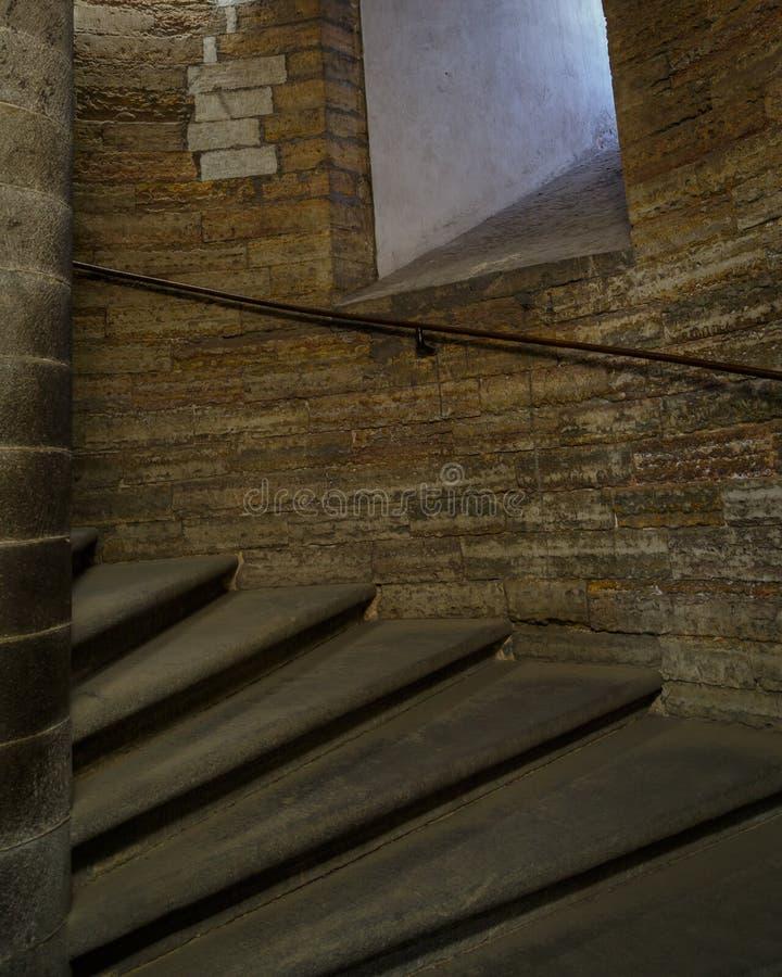 在塔里面的老古色古香的石螺旋形楼梯 免版税库存照片
