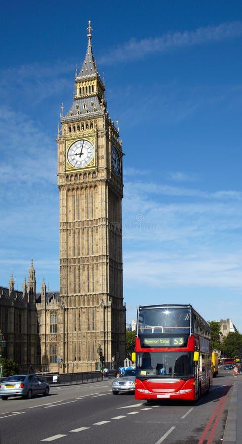 在塔附近的本大公共汽车分层装置双 免版税库存照片