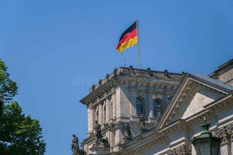 在塔,德国国会大厦上面的德国旗子在柏林,德国 库存照片