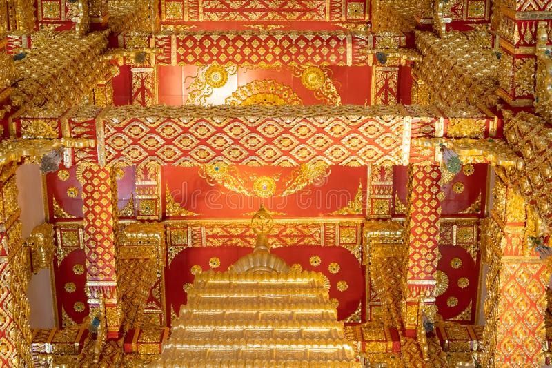 在塔-在泰国寺庙的金黄大梁里面,Wat Phra Nong Bua,斯里玛哈Pho Chedi 图库摄影