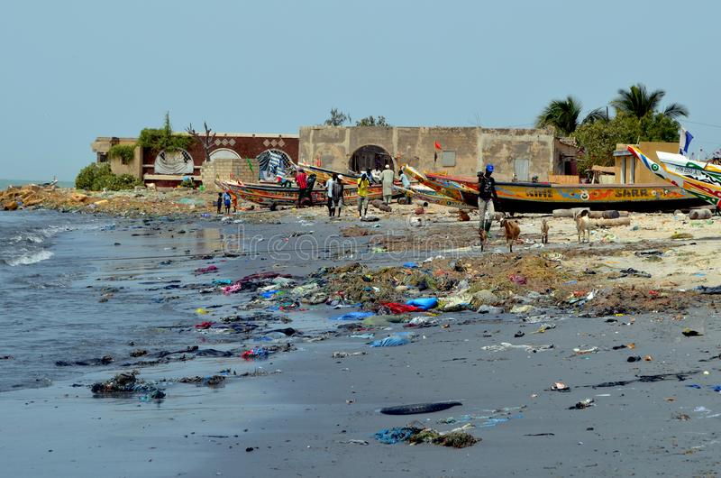 在塞内加尔,西非洲的小的CÃ'te的塑料废弃物盖的海滩 免版税图库摄影