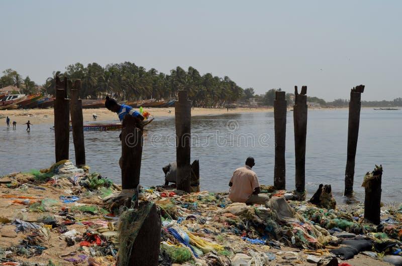在塞内加尔,西非洲的小的CÃ'te的塑料废弃物盖的海滩 免版税库存图片