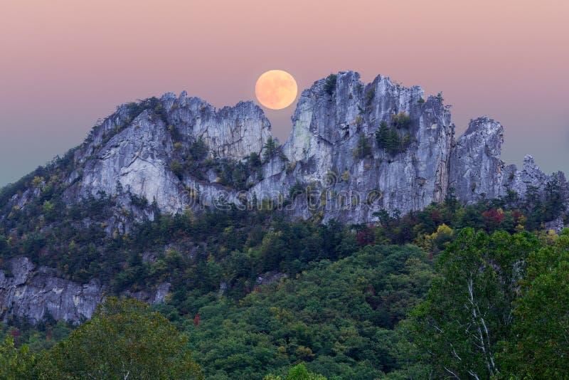 在塞内卡岩石的Supermoon在西维吉尼亚 免版税库存照片