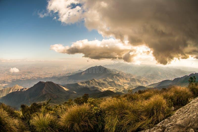 在塞拉Fina的美好的日出没有巴西山脉的Capim Amarelo山在山脉da Mantiqueira 免版税库存图片