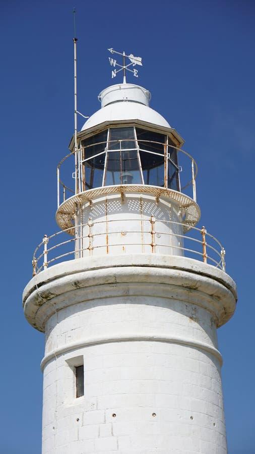 在塞浦路斯帕福斯的白色灯塔反对天空蔚蓝 图库摄影