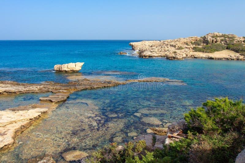 在塞浦路斯的海风景 塞浦路斯海景在清楚的夏日 蓝色海海湾 免版税库存照片