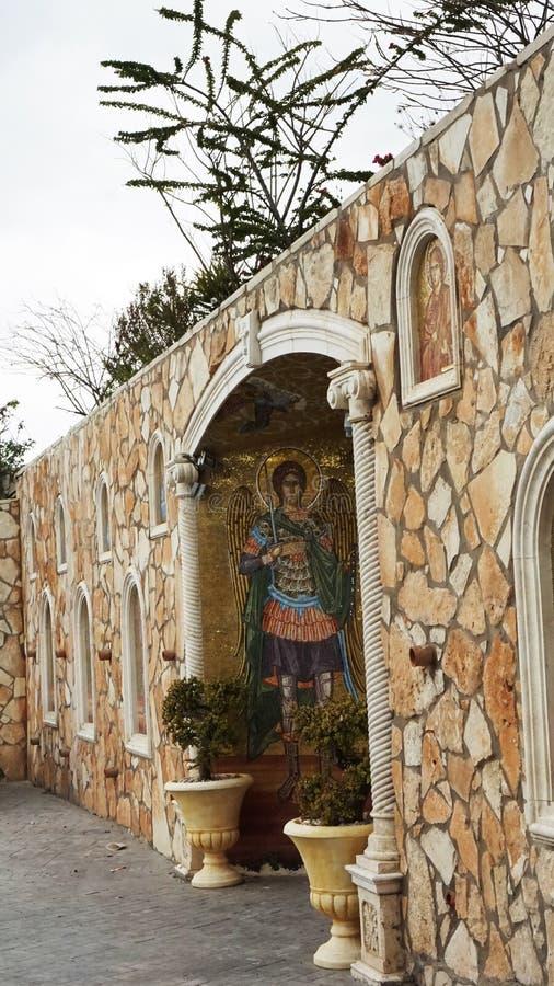 在塞浦路斯都市风景宗教的街道是圣徒的图象 免版税库存照片