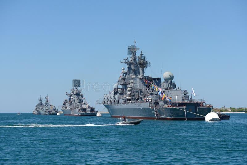 在塞瓦斯托波尔海湾的军舰 库存图片