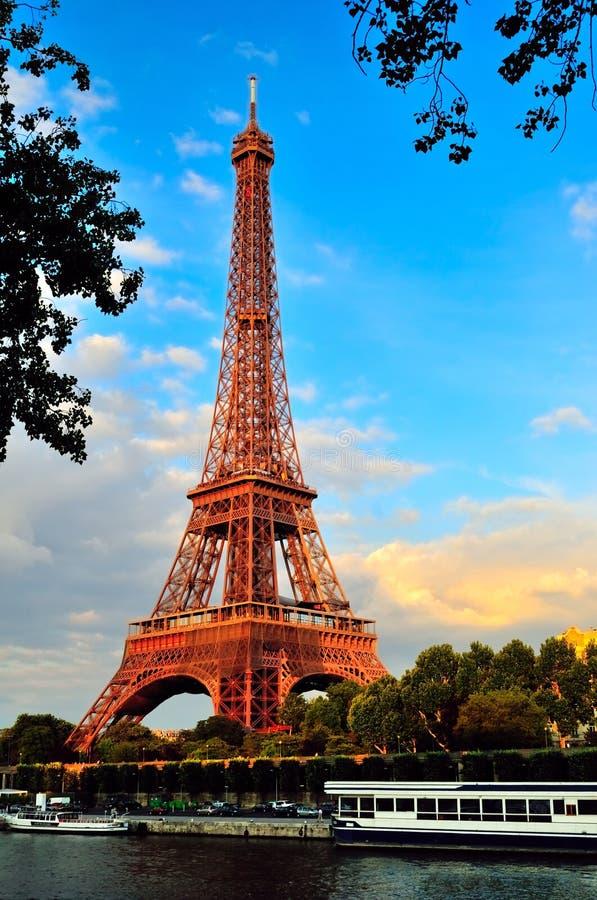 在塞纳河上的艾菲尔铁塔反对蓝天 免版税库存照片