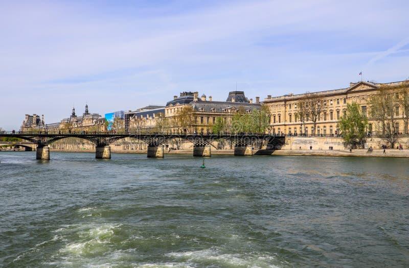 在塞纳河和巴黎法国历史建筑的步行桥艺术桥  库存图片