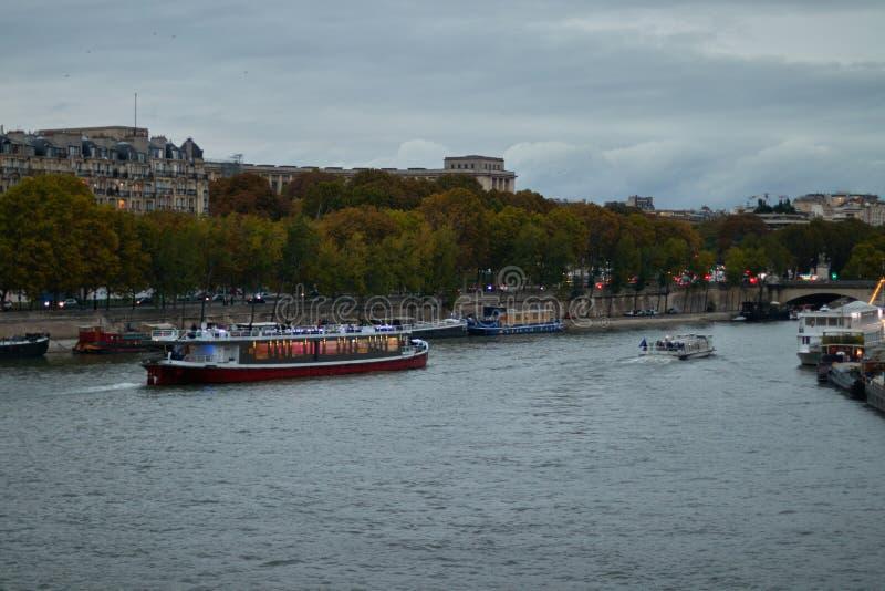 在塞纳河的小船游览在巴黎,法国 库存图片