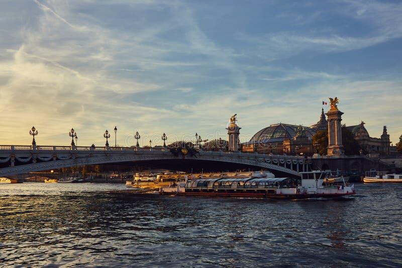 在塞纳河的小船游览在巴黎,法国 图库摄影