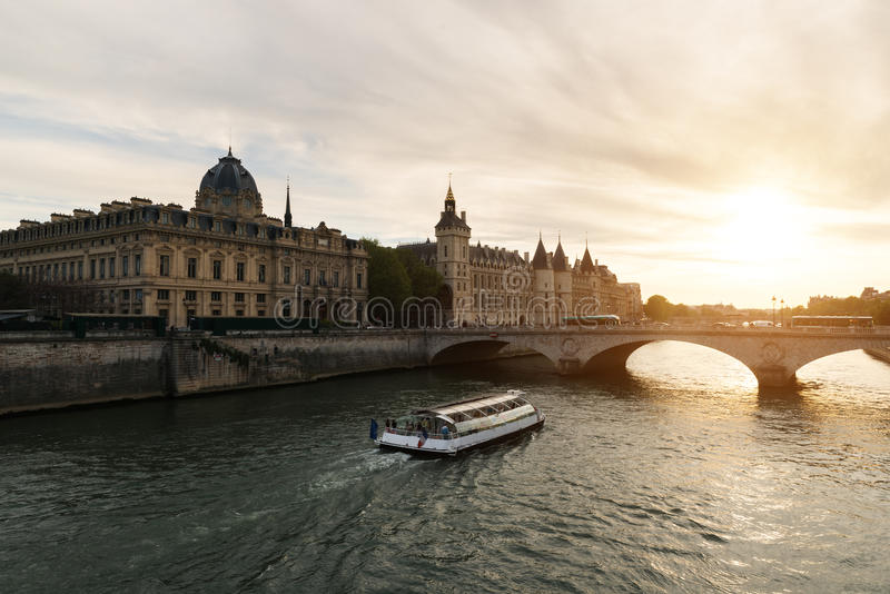 在塞纳河的小船游览在有日落的巴黎 法国巴黎 免版税图库摄影