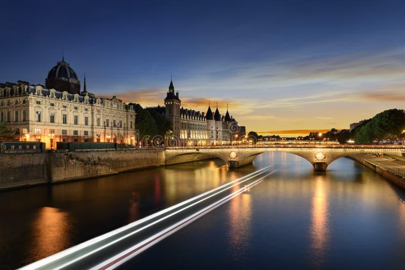在塞纳河的小船游览在有日落的巴黎 法国巴黎 库存照片