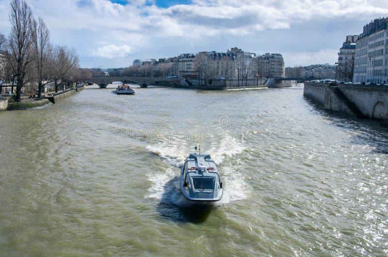 在塞纳河的小船游览在巴黎 图库摄影