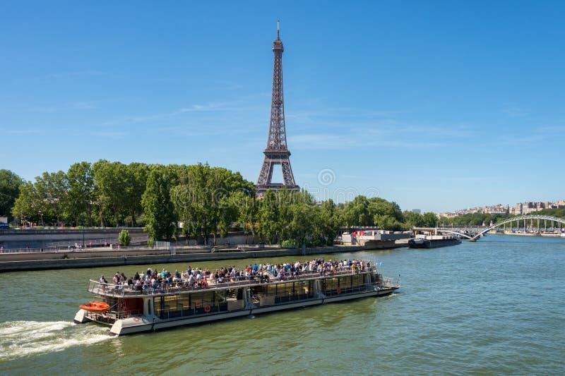 在塞纳河的平底船Mouche和backgr的艾菲尔铁塔 免版税库存图片