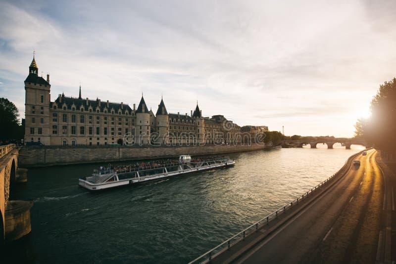 在塞纳河的游船游览有美好的日落的在巴黎 图库摄影
