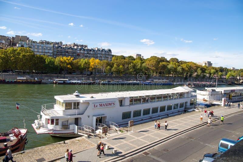 在塞纳河的阿尔马桥梁附近被停泊的游船在巴黎,法国 免版税库存照片