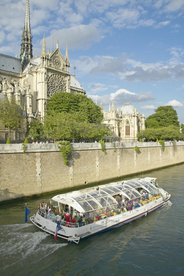 在塞纳河通过巴黎圣母院的,巴黎,法国游览小船 库存图片