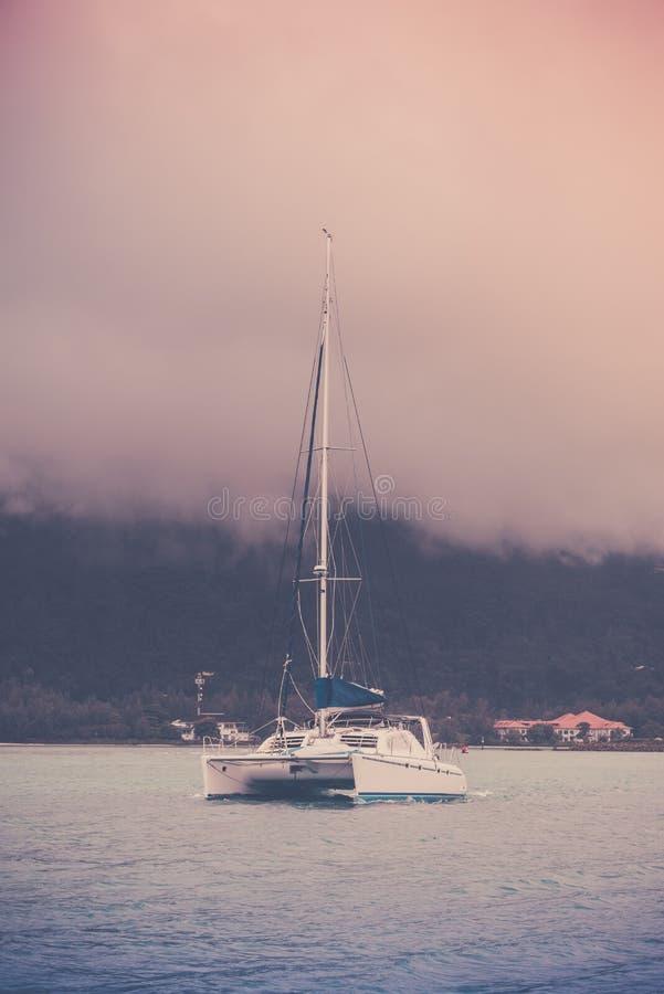 在塞舌尔群岛的海岸的消遣游艇 图库摄影