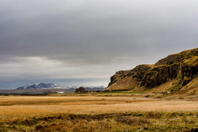 在塞里雅兰瀑布瀑布附近的美妙的风景在冰岛 免版税库存照片