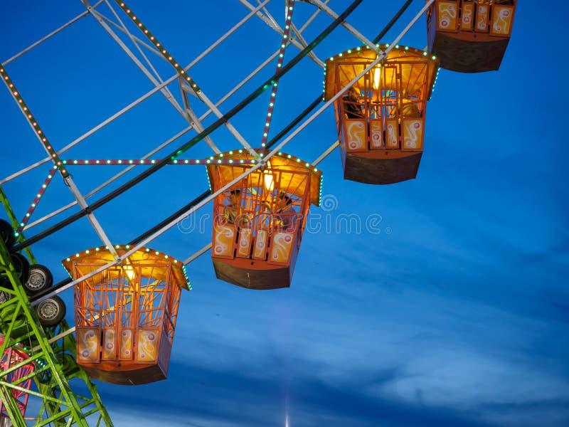 在塞维利亚4月市场的晚上被照亮的弗累斯大转轮  免版税库存照片