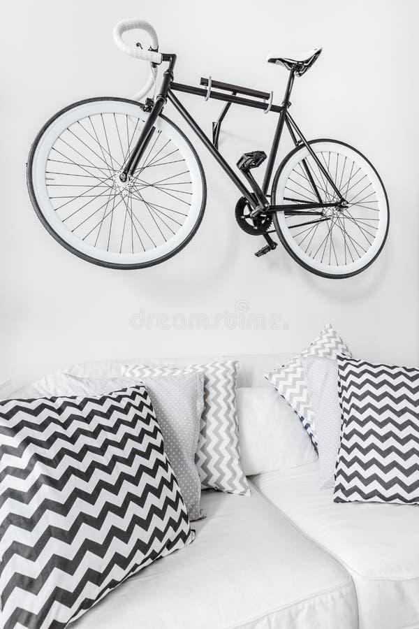在墙壁上暂停的自行车 库存照片