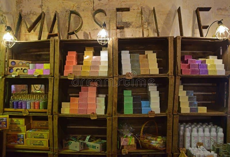 在墙壁上的五颜六色和普遍的马赛肥皂搁置在商店里面 免版税图库摄影