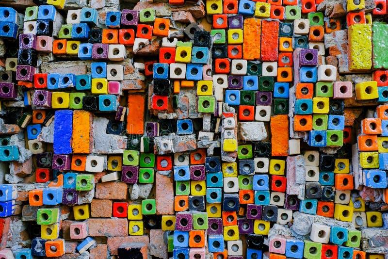 在墙壁上的五颜六色的陶瓷块背景的 库存图片