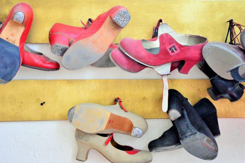 在墙壁上的佛拉明柯舞曲鞋子在更衣室 库存图片