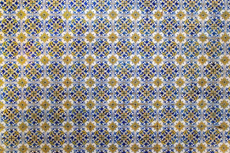 在墙壁上的几何锦砖作为背景 库存图片