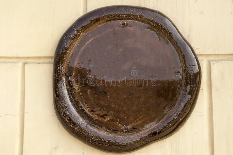 在墙壁上的圆的陶瓷标识牌 库存照片
