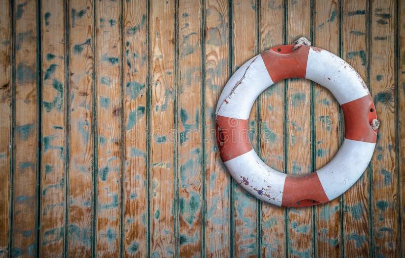 在墙壁上的土气Lifebuoy 库存图片