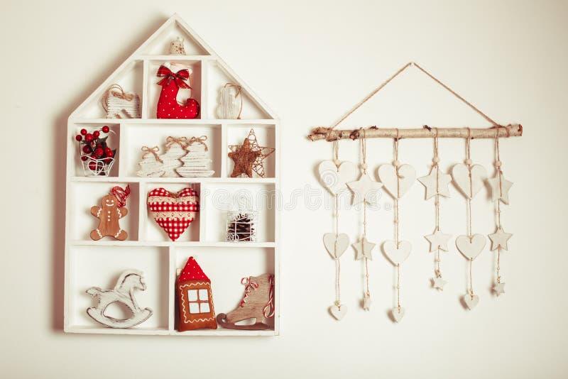 在墙壁上的圣诞节装饰 免版税库存照片