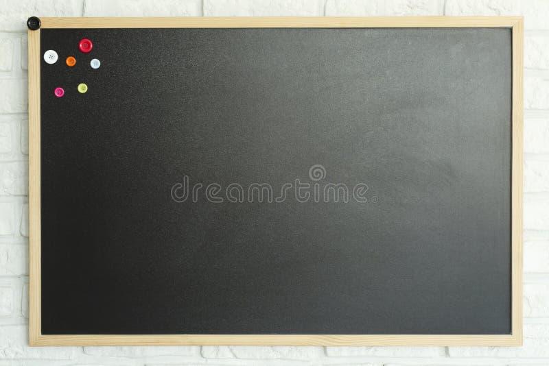 在墙壁上的大模型黑板 免版税图库摄影