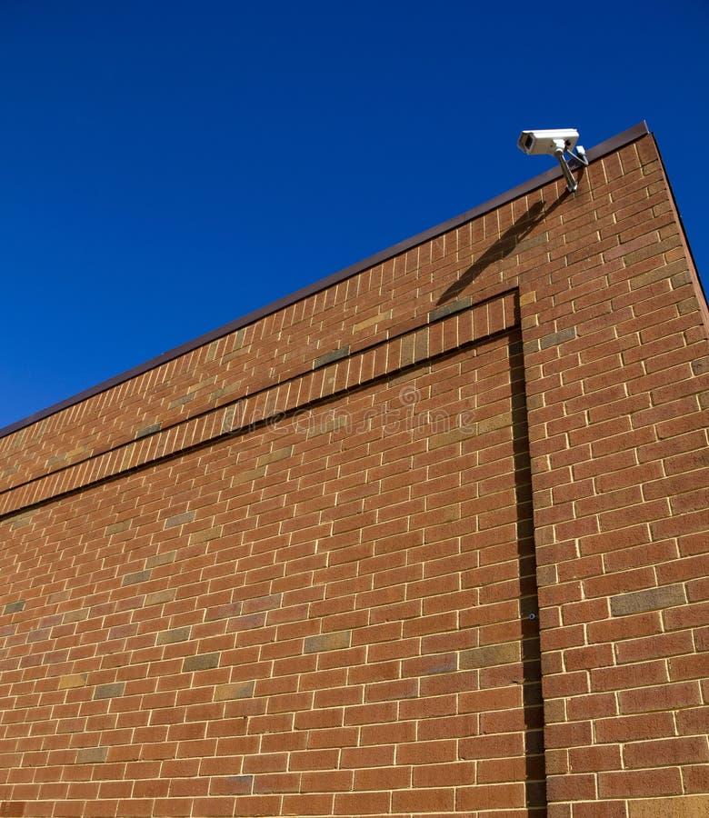 在墙壁上的安全监控相机 库存图片
