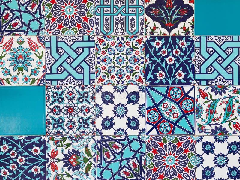 在墙壁上的手工制造土耳其蓝色瓦片在伊斯坦布尔市,土耳其 图库摄影