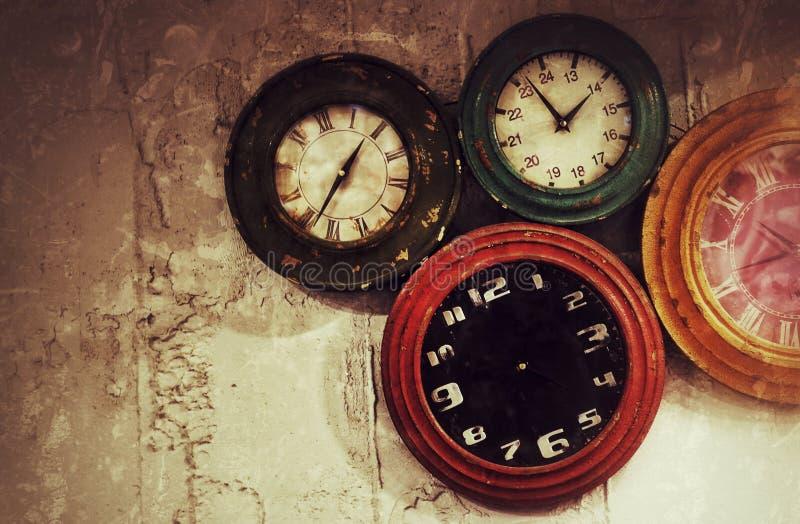 在墙壁上的抽象减速火箭的时钟 库存照片