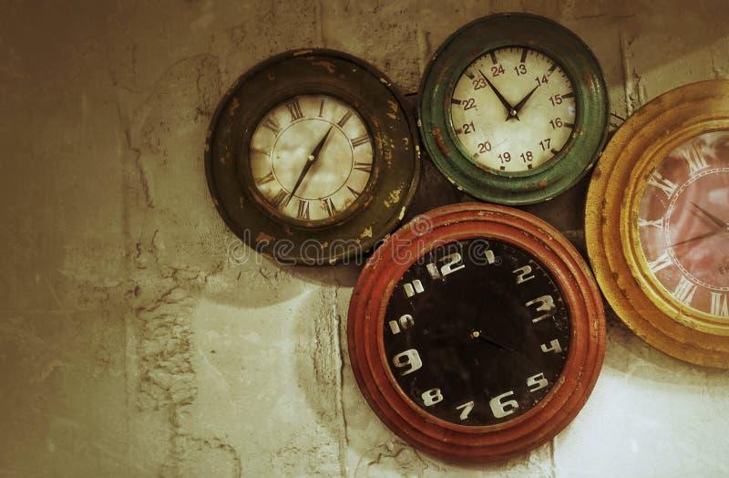在墙壁上的抽象减速火箭的时钟 免版税库存照片