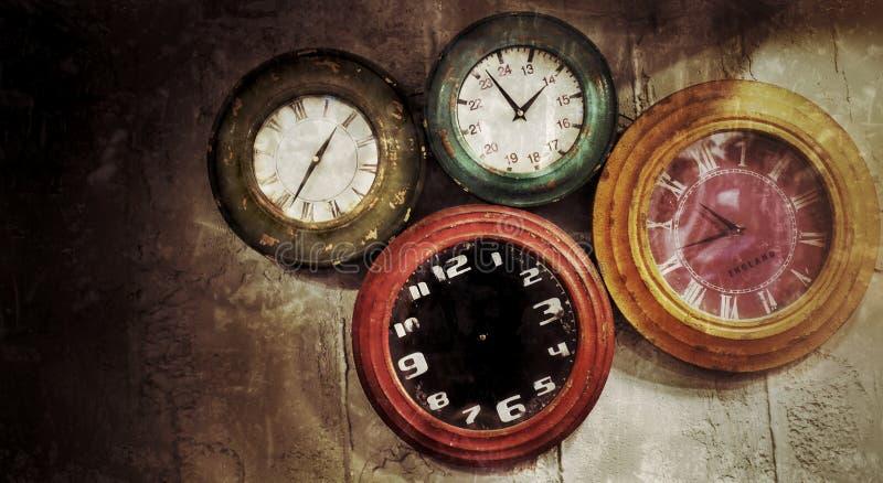 在墙壁上的抽象减速火箭的时钟 免版税库存图片