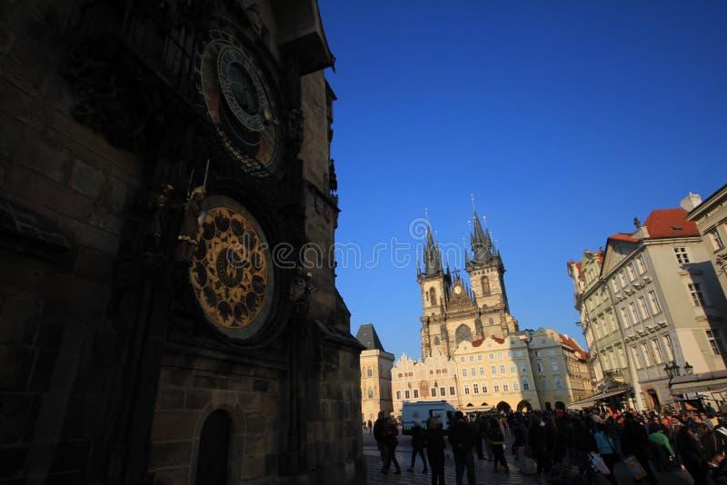 在墙壁上的时钟有老塔的 免版税库存图片