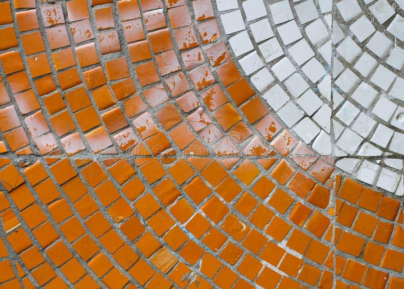 在墙壁上的橙色和白色锦砖 免版税库存图片