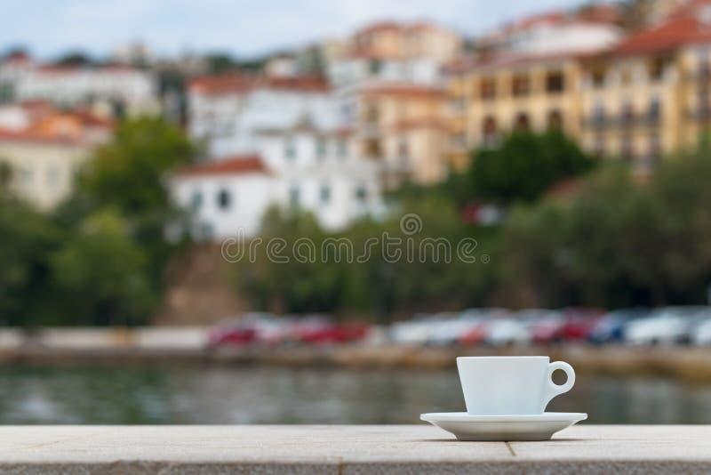 在墙壁上的浓咖啡咖啡杯在Pylos,希腊江边  图库摄影